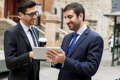 Två affärsmän som utomhus talar Arkivbilder