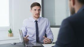 Två affärsmän talar till varandra, ett av dem är ilskna stock video