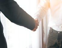 Två affärsman Hand Shaking Royaltyfria Bilder