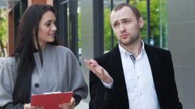 Två affärspartners diskuterar strategi för framgång stock video