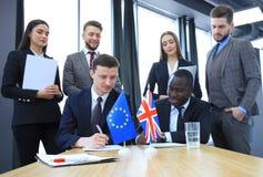 Två affärspartners som undertecknar ett dokument Den europeiska unionen och det stora britian Brexit Royaltyfria Foton