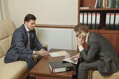 Två affärspersoner riktar förhandlingar i kontoret Fotografering för Bildbyråer