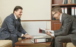 Två affärspersoner riktar förhandlingar i kontoret Arkivfoton