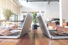 Två affärspersoner som arbetar på kontorsskrivbordet och diskuterar genom att använda royaltyfri fotografi