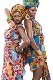 Två afrikanska modemodeller på vit bakgrund. Arkivfoto