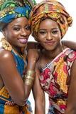 Två afrikanska modemodeller på vit bakgrund. Royaltyfri Bild