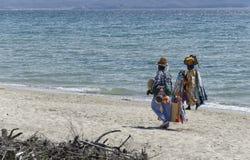 Två afrikanska säljare på den italienska stranden Royaltyfria Foton