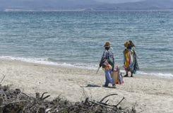 Två afrikanska säljare på stranden Arkivfoto