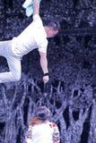 Två akrobater repeterar Arkivfoto