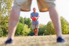 Två aktiva höga män som spelar fotboll Arkivbild