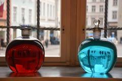 Två alchemical flaskor fotografering för bildbyråer