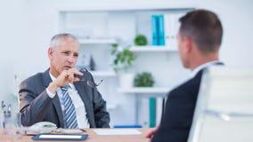Två allvarliga affärsmän som talar och arbetar Royaltyfri Foto