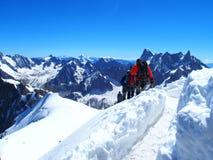 Två alpinister och bergsbestigareklättrare på Aiguille du Midi Royaltyfri Foto