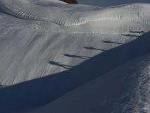 Två alpinister som går på snö arkivfoton