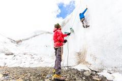 Två alpinistvänner som klättrar berget Anderna Peru för isglaciärvägg Royaltyfri Fotografi