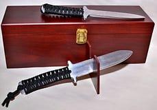 Två aluminiumutbildningsknivar med rephandtaget på träasken Royaltyfri Fotografi