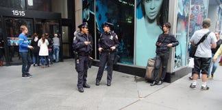 Två amerikanska kvinnliga poliser som patrullerar stadsgatan i New York, USA Royaltyfria Bilder