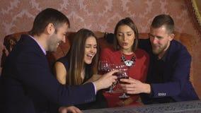 Två amorösa par som tillsammans firar på restaurangen lager videofilmer