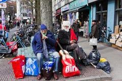 Två Amsterdam slampor som tar ett avbrott arkivfoto