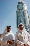 Två anonyma arabiska män i traditionella vita kläder Arkivfoto