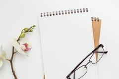Två anteckningsböcker som ligger på en vit tabell Fotografering för Bildbyråer
