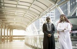 Två arabiska affärspersoner som tillsammans står Royaltyfri Bild