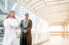 Två arabiska affärspersoner som tillsammans står Fotografering för Bildbyråer