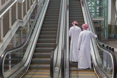 Två arabiska män som besöker expon 2015 i Milan, Italien arkivfoton