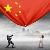 Två arbetare som drar den kinesiska flaggan vektor illustrationer