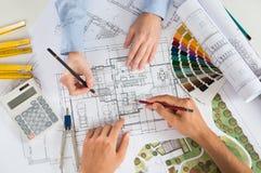 Två arkitekt Working Together Arkivbilder