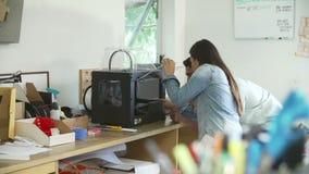 Två arkitekter som använder 3D skrivaren To Make Models för projekt stock video