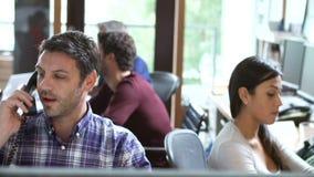 Två arkitekter som arbetar på skrivbordet med möte i bakgrund lager videofilmer