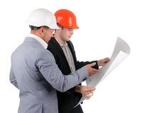Två arkitekter som diskuterar ett byggnadsplan Royaltyfri Fotografi