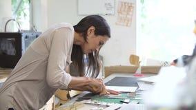 Två arkitekter som i regeringsställning gör modeller tillsammans lager videofilmer