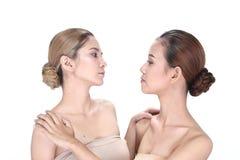 Två asiatiska kvinnor med härligt modesmink slogg in hår Royaltyfri Fotografi