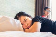 Två asiatiska tonåringsystrar som har åsiktkonflikttema royaltyfria foton