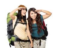 Två asiatiska unga flickor på tur arkivbilder
