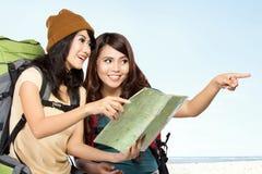 Två asiatiska unga flickor på tur royaltyfri foto