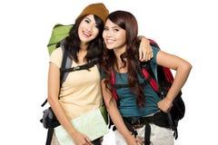 Två asiatiska unga flickor på tur royaltyfria bilder