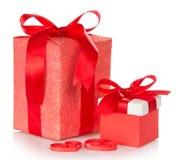 Två askar med gåvor, bundna scharlakansröda band arkivfoton