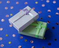 Två askar med gåvor på en blå bakgrund arkivfoton