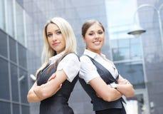 Två attraktiva affärskvinnor Royaltyfri Bild