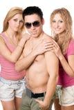 Två attraktiva blonda kvinnor med den unga mannen Royaltyfria Bilder