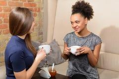 Två attraktiva flickor i kafét Arkivbilder