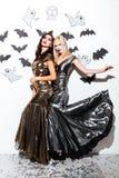 Två attraktiva kvinnor med gotisk vampyrmakeup helloween på partiet Fotografering för Bildbyråer