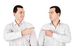 Två attraktiva le unga manar kopplar samman visning på varje annan Arkivfoton