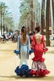 Två attraktiva unga kvinnor i Feriaklänningar royaltyfria foton