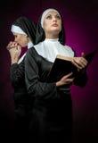 Be för två nunnor Arkivbilder