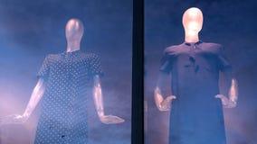 Två attrapper på gatan shoppar fönsterblick i olika riktningar Reflexion av morgon- eller aftonhimlen på exponeringsglaset double arkivbilder