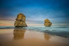 Två av de tolv apostlarna på soluppgång från den Gibsons stranden, utmärkt royaltyfria foton